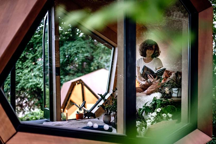 Ahşap kabin içerisinde bir kadın oturuyor